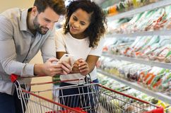 Couple shopping together at supermarket Royalty Free Stock Images
