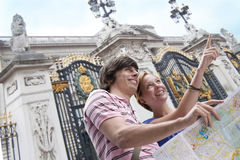 Couple sightseeing with map Royalty Free Stock Photos