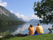 A couple sitting by the lake 2# Royalty Free Stock Photos