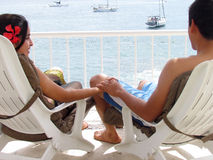 Couple sitting in lounge chair Royalty Free Stock Photography