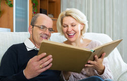 Couple sitting with photograph album Royalty Free Stock Images