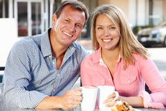 Couple sitting at sidewalk cafe Royalty Free Stock Photos