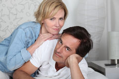 Couple som ligger på säng arkivfoto