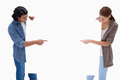 Couple som ser och pekar på tomt, undertecknar i deras räcker Arkivbilder
