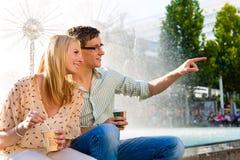 Couple som tycker om away kaffe för take i ett avbrott Royaltyfri Fotografi