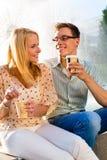 Couple som tycker om away kaffe för take i ett avbrott Royaltyfri Bild