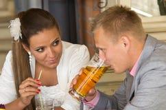 Couple som tycker om drinkar Arkivbilder