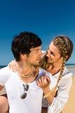 Couple som tycker om frihet på stranden Fotografering för Bildbyråer