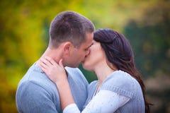 Couple som tycker om guld- höstnedgångsäsong Royaltyfri Foto