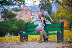 Couple som tycker om guld- höstnedgångsäsong Royaltyfria Bilder