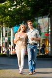 Couple som tycker om kaffet på lunch eller avbrottet Royaltyfri Bild