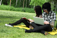 Couple studying outdoors Royalty Free Stock Photography