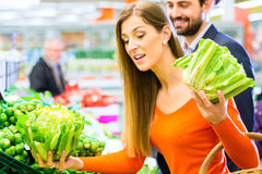 Couple in supermarket shopping groceries Royalty Free Stock Photos