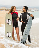 Couple with surf boards on the beach Royalty Free Stock Images