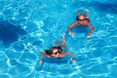 Couple swimming in pool Royalty Free Stock Photography