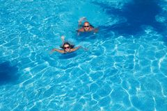 Couple swimming in pool Stock Photography