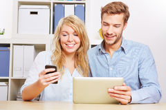 Couple synchronising smartphone Royalty Free Stock Photography