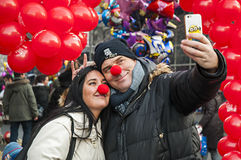 The couple takes a selfie with smartphone Royalty Free Stock Photos