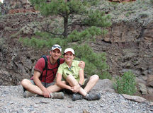 Couple taking a break from hiking Royalty Free Stock Photography