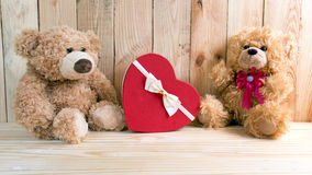 Couple toy bears with love box valentine concept Royalty Free Stock Photos