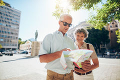 Couple travelling in city with a road map Royalty Free Stock Photo