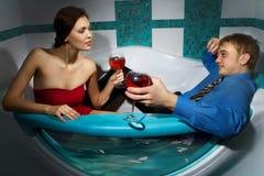 Couple tycker om ett bad Royaltyfria Bilder