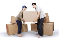 Couple unpacking cardboard in new home 2 Royalty Free Stock Photos