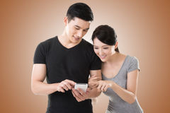 Couple using cellphone Royalty Free Stock Images