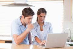 Couple using a laptop Royalty Free Stock Images