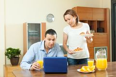 Couple using laptop during breakfast Royalty Free Stock Images