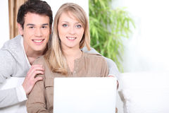 Couple using a laptop computer Royalty Free Stock Images