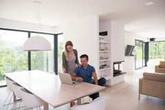 Couple using laptop at home Royalty Free Stock Photography