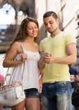 Couple using the map at smartphone Royalty Free Stock Photos