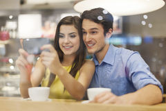 Couple using smart phone Royalty Free Stock Photography