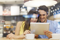 Couple using tablet Royalty Free Stock Photography