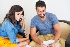 Couple using tech Royalty Free Stock Photos