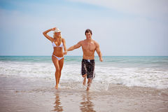 Couple on vacation at the beach Royalty Free Stock Photos