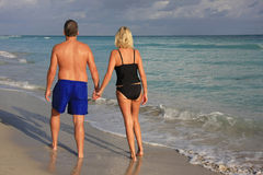 Couple walking on the beach Royalty Free Stock Photos