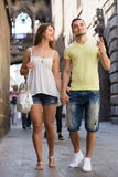 Couple walking through city Royalty Free Stock Images