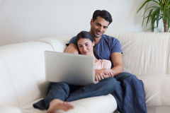 Couple watching a movie while eating popcorn Royalty Free Stock Photo