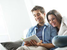 Couple watching movie on tablet Royalty Free Stock Images