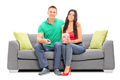 Couple watching television and eating popcorn Royalty Free Stock Photography