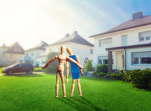 Couple of wooden figures near the house Royalty Free Stock Photos