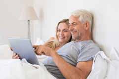 Couple working on tablet Royalty Free Stock Photos