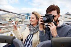 Couples à couvercle serti d'autobus Image stock