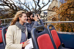 Couples à couvercle serti d'autobus Images stock