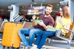 Couples à l'aéroport Images libres de droits