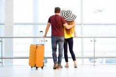 Couples à l'aéroport Photos libres de droits