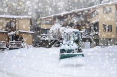 Couples à l'arrière-plan de chute de neige Fond de l'hiver Images stock