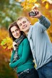 Couples à l'automne à l'extérieur Image stock